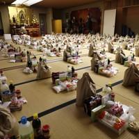 新型コロナウイルスの影響で困窮した在日ベトナム人たちに届けようと、寺院に集められた支援物資=東京都港区で2020年4月30日、小川昌宏撮影