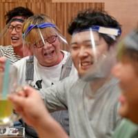フェースシールドをしながら飲食を楽しむ男性ら=大阪市中央区で2020年5月18日、山田尚弘撮影