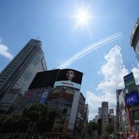 東京・渋谷の上空を飛行するブルーインパルス=東京都渋谷区で2020年5月29日午後1時3分、佐々木順一撮影