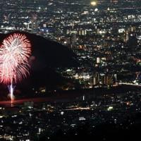 感染終息を願い打ち上げられた花火=岐阜市で2020年6月1日、兵藤公治撮影(百々ケ峰山頂から午後7時40分~8時1分、長時間露光で撮影した写真5枚を合成)