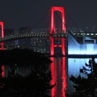 東京アラートが発令され赤色にライトアップされたレインボーブリッジ=東京都港区で2020年6月2日午後11時49分、手塚耕一郎撮影