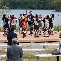アイヌ文化施設「民族共生象徴空間(ウポポイ)」の地元関係者への内覧会で披露された伝統舞踊=北海道白老町で2020年6月9日、貝塚太一撮影