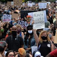 白人警官の拘束下で亡くなったジョージ・フロイドさんの追悼式には数千人が参加し、「ブラック・ライブズ・マター(黒人の命は大事だ、BLM)」のメッセージを掲げる人もいた=米ニューヨーク市で2020年6月4日、隅俊之撮影