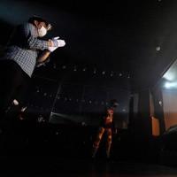 休業要請が解除され営業再開したライブハウスで、マスクとフェースシールド、手袋を着用する観客(左)=東京都練馬区で2020年6月19日午後8時12分、玉城達郎撮影
