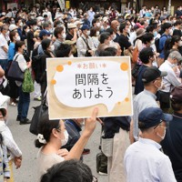 東京都知事選の街頭演説会場を聴く人たち=東京都中野区の中野駅前で2020年6月21日午後1時45分、丸山博撮影