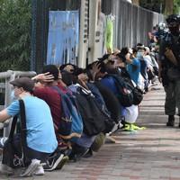 香港の統制を強める国家安全維持法が施行された翌日の7月1日に起きたデモに参加し、警察に拘束された香港市民=香港・銅鑼湾で2020年7月1日、福岡静哉撮影