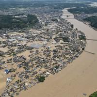記録的な大雨で球磨川が氾濫し水没した人吉市街地=熊本県人吉市で2020年7月4日午前11時49分、本社ヘリから田鍋公也撮影