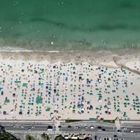 多くの海水浴客が訪れた白浜大浜海水浴場=静岡県下田市で2020年8月13日午後2時7分、本社ヘリから幾島健太郎撮影