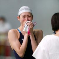 女子50㍍自由形のレース後に感極まる池江璃花子選手=東京辰巳国際水泳場で2020年8月29日(代表撮影)