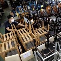 閉店した飲食店から中古品販売店に出され、山積みされる椅子などの家具=東京都新宿区で2020年9月8日、宮武祐希撮影