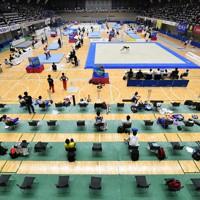 選手の待機席を1カ所にまとめ、座席の間隔も広めにした会場=群馬県高崎市の高崎アリーナで2020年9月22日、宮間俊樹撮影