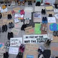 新型コロナウイルス感染防止のため密集を避け、国会議事堂前に靴やプラカードを並べて温暖化対策を訴える「シューズアクション」=国会前で2020年9月25日、宮武祐希撮影