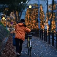 寝袋と段ボールを手に新宿の公園で寝床を探す山内純一さん(34、仮名)。新型コロナウイルスの影響で9月に派遣先が倒産。週3回の日雇いバイトでは家賃が払えず、路上生活となった。面接や炊き出しのため、借り物の自転車で都心を行き交う。11月下旬、安眠できない日々に体調を崩した。「冬の訪れが本当に心配。早くこの暮らしを抜け出したい」=東京都新宿区で2020年11月26日、滝川大貴撮影