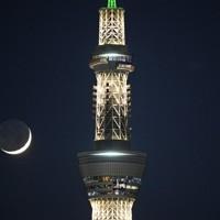 東京スカイツリーのそばで、接近して輝く木星(右上の下)と土星(同上)、三日月=東京都葛飾区で2020年12月17日午後6時15分、手塚耕一郎撮影