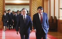 検事総長の任命式が行われた2019年7月25日、青瓦台での文在寅大統領(左)と尹錫悦氏=青瓦台提供