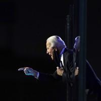 勝利宣言をして喜ぶ民主党のジョー・バイデン前副大統領=米東部デラウェア州ウィルミントンで2020年11月7日、AP