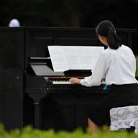 披露された高校生による被爆ピアノの演奏=広島市中区で、山田尚弘撮影