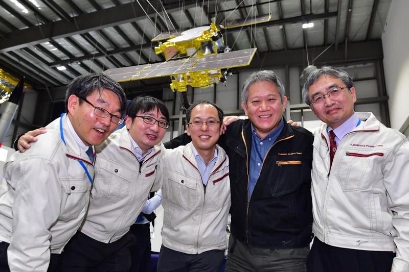探査機はやぶさ2が小惑星リュウグウに最初の着陸に成功したことを受け、喜ぶ津田雄一プロジェクトマネジャー(中央)ら=相模原市で2019年2月22日、渡部直樹撮影