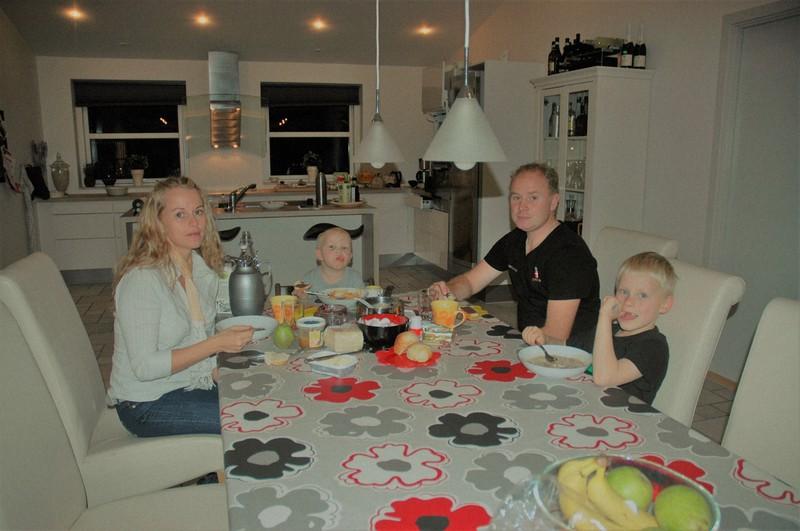 食卓を囲むデンマークの人たち=筆者撮影
