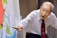 Sunao Tsuboi points to a map of the area around the hypocenter of the atomic bombing during an event in which he shared his experiences, in Hiroshima's Naka Ward in this photo taken on May 10, 2017. He has continued to speak out against war and nuclear weapons. (Mainichi/Naohiro Yamada)