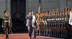 平壌の金日成広場で行われた朝鮮労働党創立75周年慶祝閲兵式で名誉儀仗(ぎじょう)隊を査閲する金正恩朝鮮労働党委員長=2020年10月10日、朝鮮中央通信・朝鮮通信