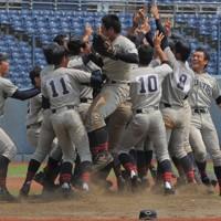 優勝が決まり、マウンドに駆け寄る中越の選手たち=新潟市中央区のハードオフエコスタジアムで2020年8月6日、池田真由香撮影