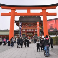 例年よりも初詣客が少ない伏見稲荷大社=京都市伏見区で2021年1月1日午後0時24分、添島香苗撮影