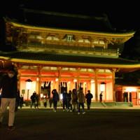 参拝を終えると境内にとどまらず、足早に出てくる人の姿が目立った=京都市左京区の平安神宮で2021年1月1日午前0時14分、中島怜子撮影