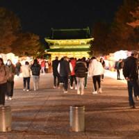 平安神宮に通じる神宮道に露店が並んだが、足を止める人は少なかった=京都市左京区で2021年1月1日午前0時8分、中島怜子撮影