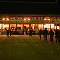 大極殿前にはロープで参拝客用の通路が区切られ、足元に印が付けられた=京都市左京区の平安神宮で2021年1月1日午前0時53分、中島怜子撮影