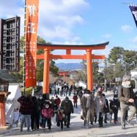 マスクをしながら初詣に訪れる人=京都市伏見区の伏見稲荷大社で2021年1月1日午前11時4分、添島香苗撮影