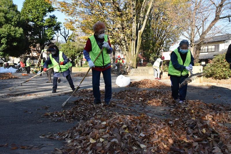 「朝活」の掃除で落ち葉を掃き集める参加者=東京都練馬区で筆者撮影