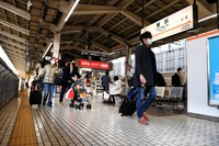 Few people are seen on a Tokaido Shinkansen platform at JR Tokyo Station on Jan. 3, 2021, due to the coronavirus pandemic. (Mainichi/Daiki Takigawa)