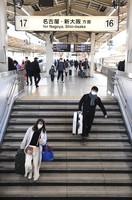 Few people are seen on a Tokaido Shinkansen platform at JR Tokyo Station on Jan. 3, 2021, due to the coronavirus pandemic. (Mainichi/Daiki Takigawa)