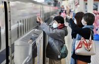 People wave to relatives sending them off at a Tokaido Shinkansen platform at JR Tokyo Station on Jan. 3, 2021. (Mainichi/Daiki Takigawa)