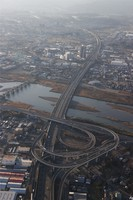 This aerial view from a Mainichi Shimbun helicopter shows the Ebina Junction on the Tomei Expressway with little traffic on Jan. 3, 2021. (Mainichi)