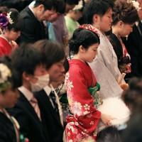 震災から3年10カ月、浪江町の成人式で黙とうする新成人たち=福島県二本松市で2015年1月11日午前11時、佐々木順一撮影