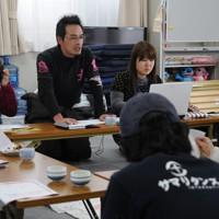 仮設住宅の現状について話し合うボランティアや被災者=宮城県南三陸町で2012年1月12日、熊谷豪撮影