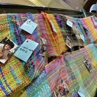 報道公開された阪神大震災と東日本大震災の被災者らが織った「さをり織り」=神戸市中央区で2016年1月12日、大西岳彦撮影