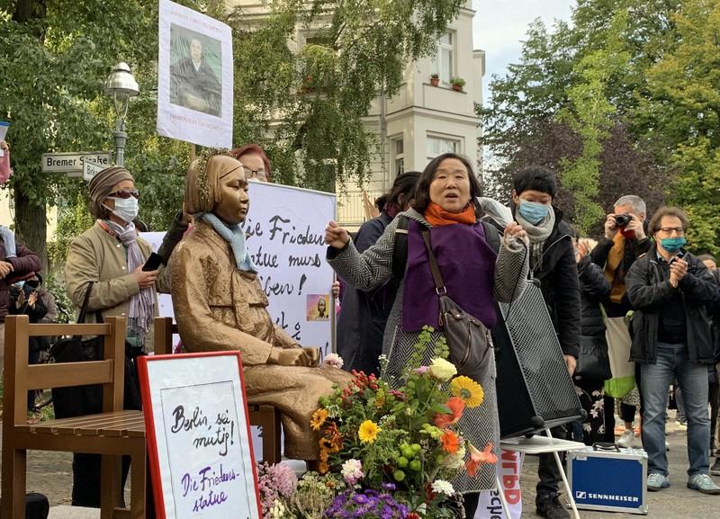 少女像の撤去命令に抗議する人々=ベルリンで2020年10月13日、念佛明奈撮影