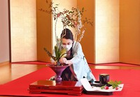 Senko Ikenobo, the successor to the head of Ikenobo School, demonstrates ikebana arrangement during a New Year ikebana ceremony by the school, in Kyoto's Nakagyo Ward on Jan. 5, 2021. (Mainichi/Kazuki Yamazaki)