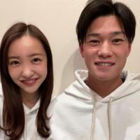 元「AKB48」板野友美さんとヤクルト・高橋奎二投手