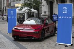 ニューヨーク証券取引所の前に展示された小鵬汽車の「P7」 Bloomberg
