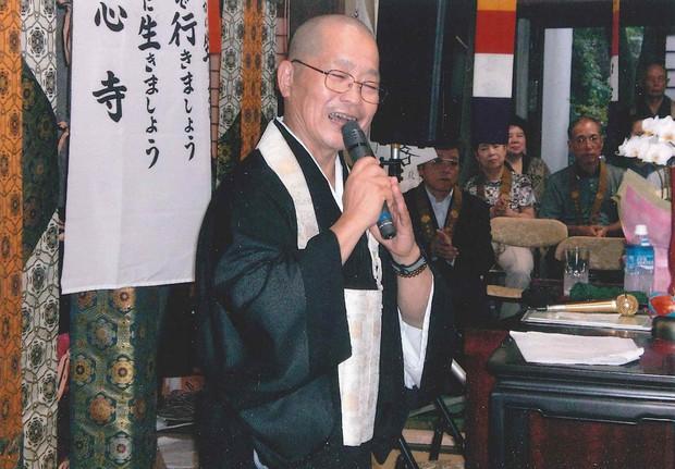 東日本大震災後、宮城県女川町で行った出前歌説法。高台にある照源寺に約100人もの人が集まった(2011年) 南慧沼さん提供