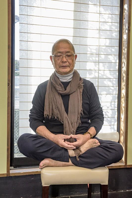 坐禅では足と手を組み雑念を捨て、今を生きることの意味を考える 撮影=佐々木龍