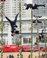 Performers put on a display of traditional firefighting acrobatics on bamboo ladders during the Tokyo Fire Department's New Year drills in the capital's Koto Ward on Jan. 6, 2021. (Mainichi/Kota Yoshida)