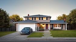テスラが提供する住宅用ソーラールーフとモデルS(同社提供)