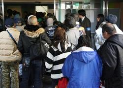 中国でもいずれこの光景がみられるのだろうか・・・「公設派遣村」へ入るため受付に並ぶ利用者=東京都渋谷区の国立オリンピック記念青少年総合センターで2009年12月28日午後2時51分、梅村直承撮影