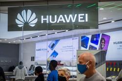北京の携帯電話ショップで目立つファーウェイの広告(Bloomberg)