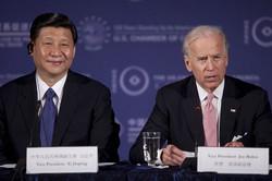 習近平氏(左)は、米バイデン次期政権とどう向き合うか(米ワシントンで2012年2月)(Bloomberg)